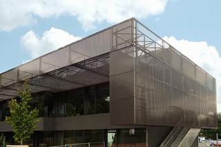 Fassadenbekleidung aus Lochblech, Havellandschule in Berlin  von  RMIG City Emotion