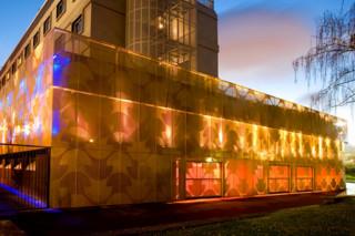 Hinterleuchtete Lochblechfassade aus Aluminiumpaneelen, Maison du Portugal  von  RMIG