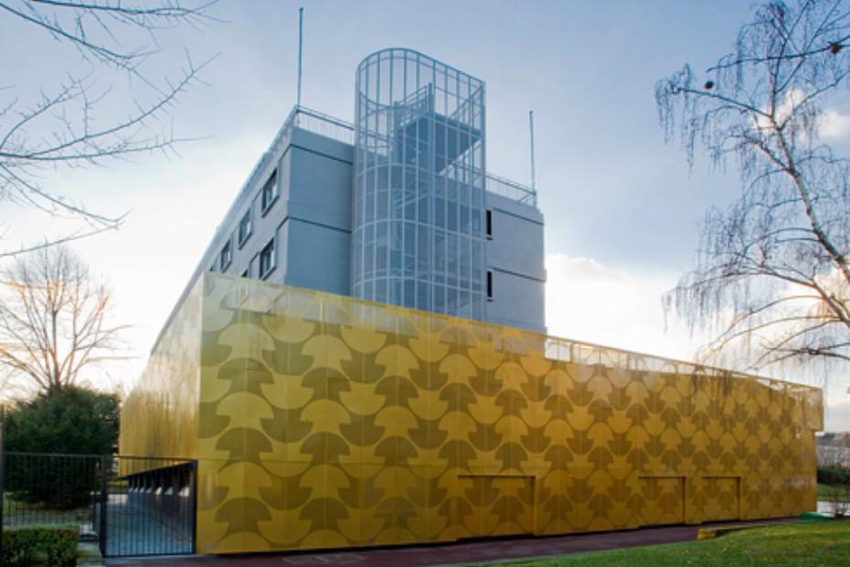 perforated aluminium panels maison du portugal by rmig. Black Bedroom Furniture Sets. Home Design Ideas