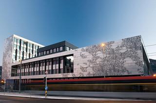 Individuelle gestaltete Lochblechfassade aus Aluminium, Hochschule in Bergen  von  RMIG City Emotion
