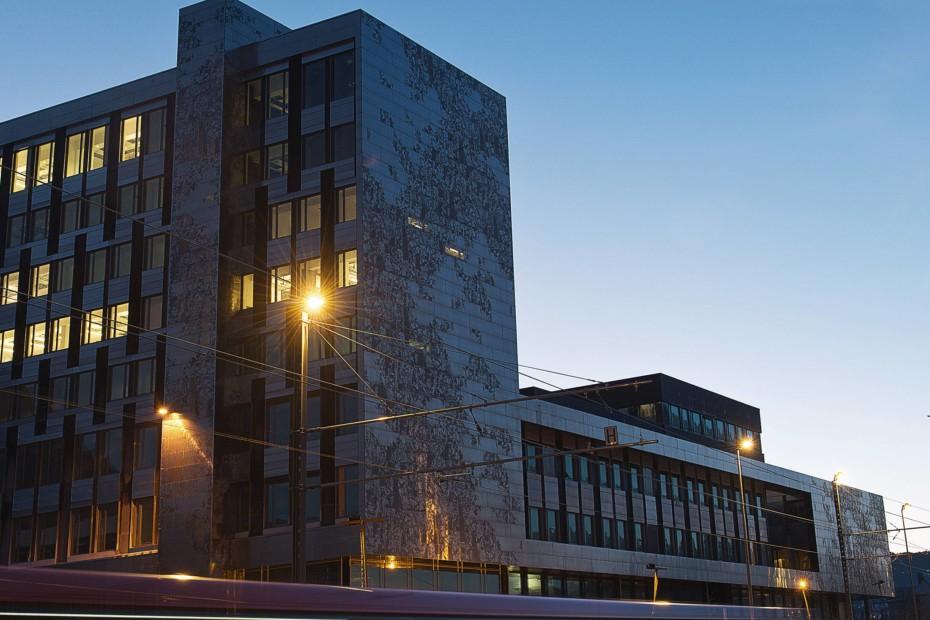 Individuelle gestaltete Lochblechfassade aus Aluminium, Hochschule in Bergen