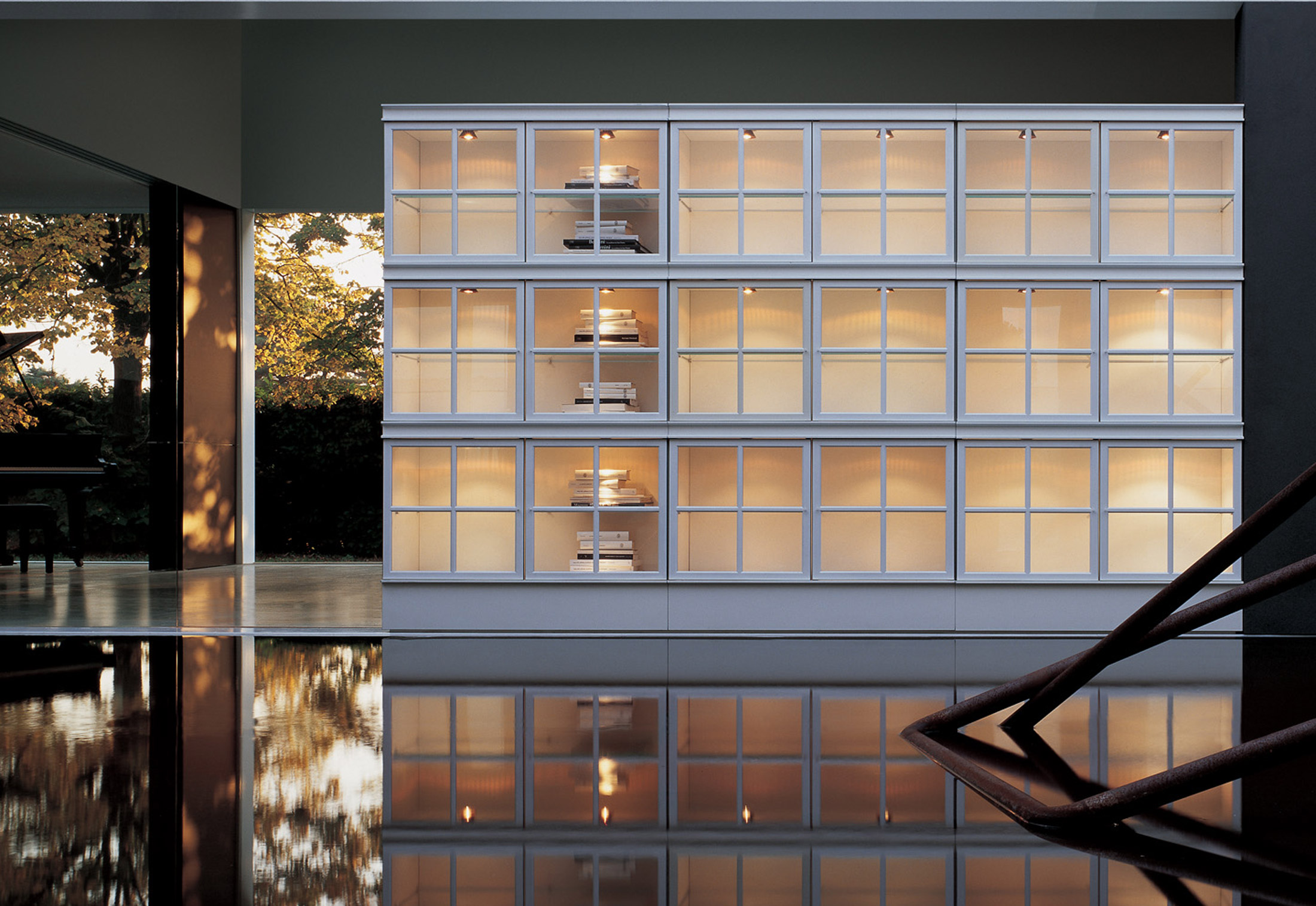 Система хранения со стеклянными дверцами в металлической рам.
