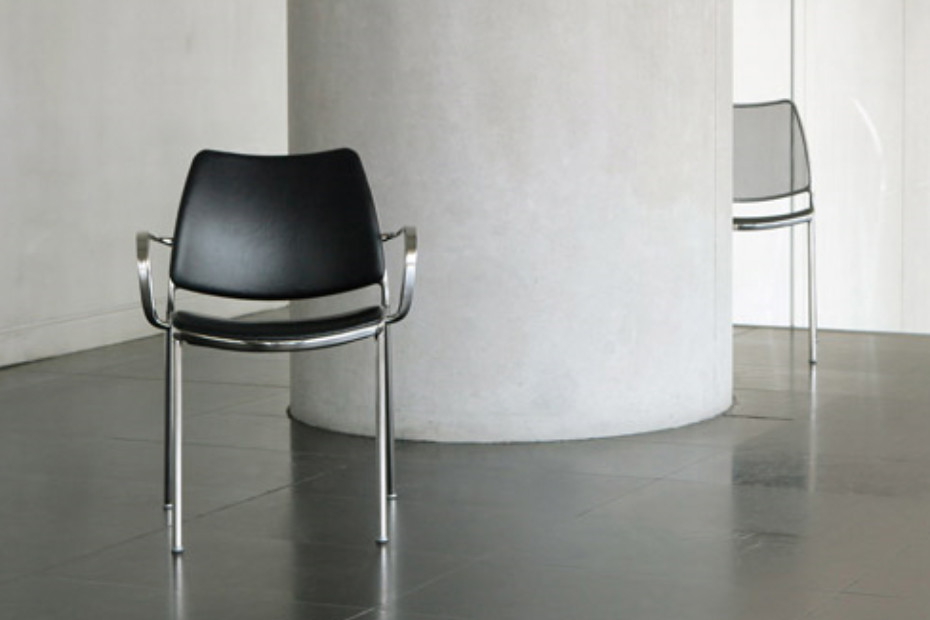 Gas chair with armrests