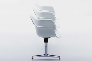 Eames Plastic Armchair on stretchers with armrests  by  Vitra
