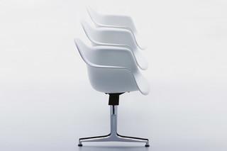 Eames Plastic Armchair auf Traverse mit Armlehnen  von  Vitra