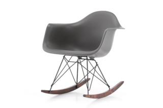维特拉的埃姆斯塑料扶手椅