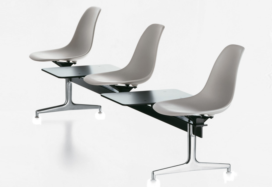 Eames Plastic Side Chair auf Traverse