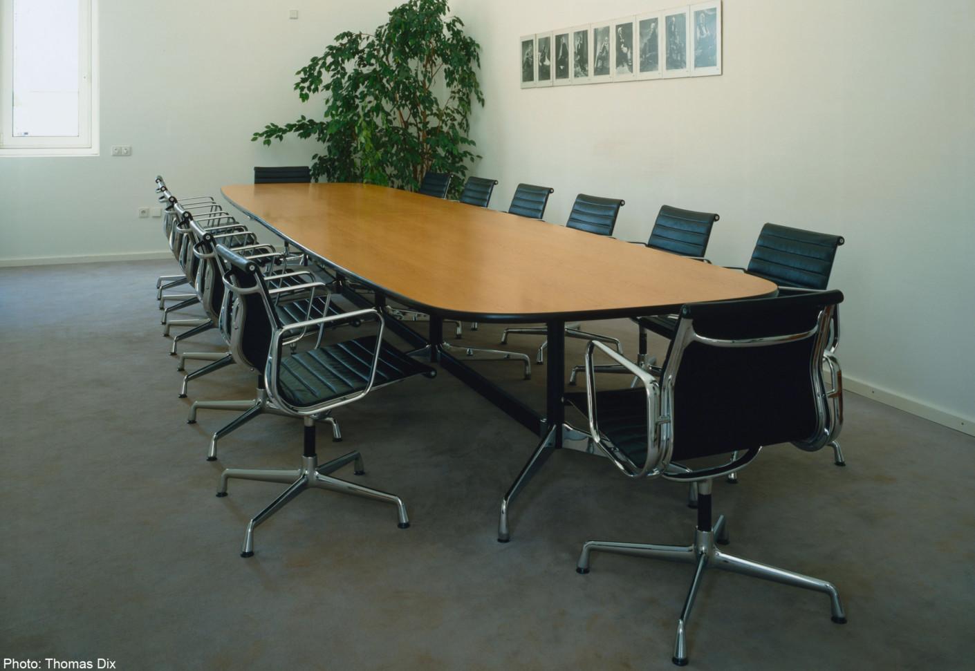 eames segmented table von vitra stylepark. Black Bedroom Furniture Sets. Home Design Ideas